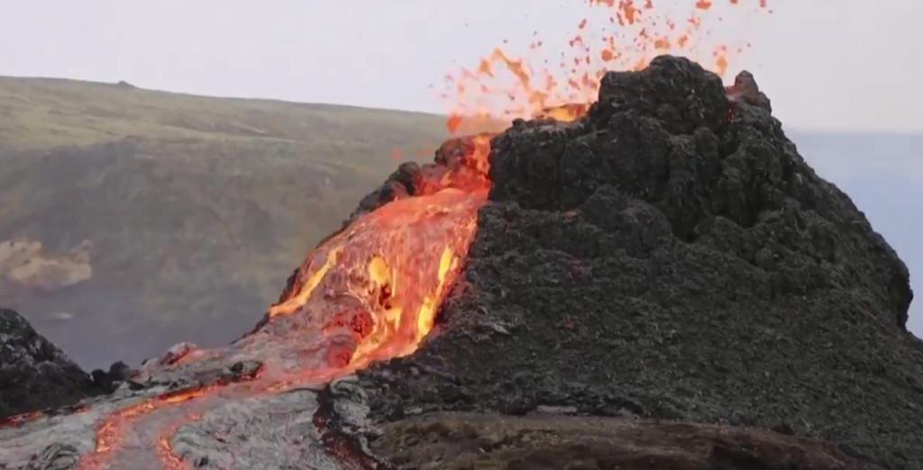 地獄廚房?火山爆發成免費BBQ 遊客野餐「煎培根加蛋」:鍋子先被吃了