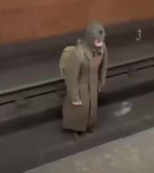 地鐵出現時空旅人?全身軍裝「出示1930年軍人證」:跟部隊走散了