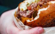 公司休息室嗑漢堡...被素食者狠嗆「超噁!」 他委屈問:該下班再吃嗎