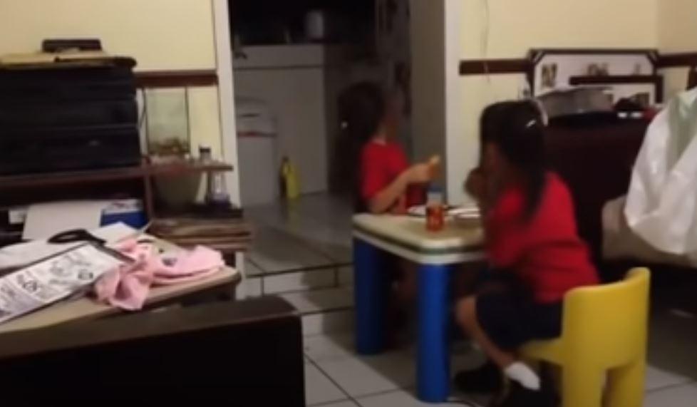 影/看到不該看的?女孩盯「黑壓壓廚房」 突然「忍不住」媽嚇傻