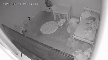 影/女童睡夢中「被拖入床底」 驚悚40秒影片曝...網看完:快搬家