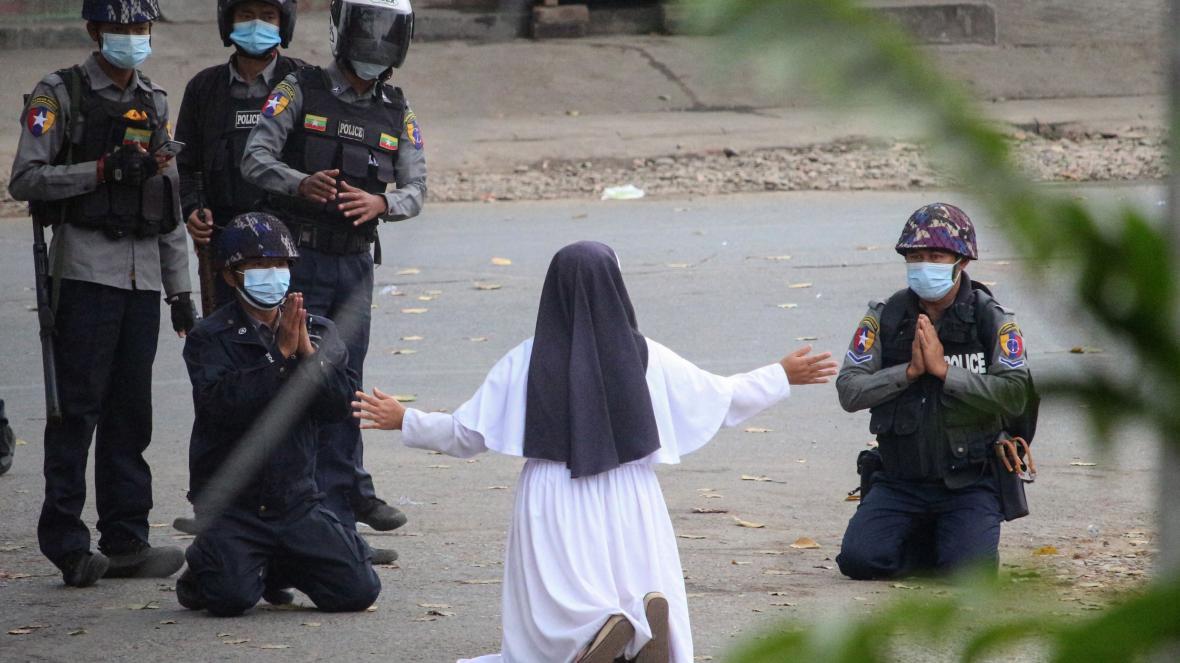 緬甸修女「磕頭下跪」一人擋警!才求別再掃射...身後民眾慘「爆頭」