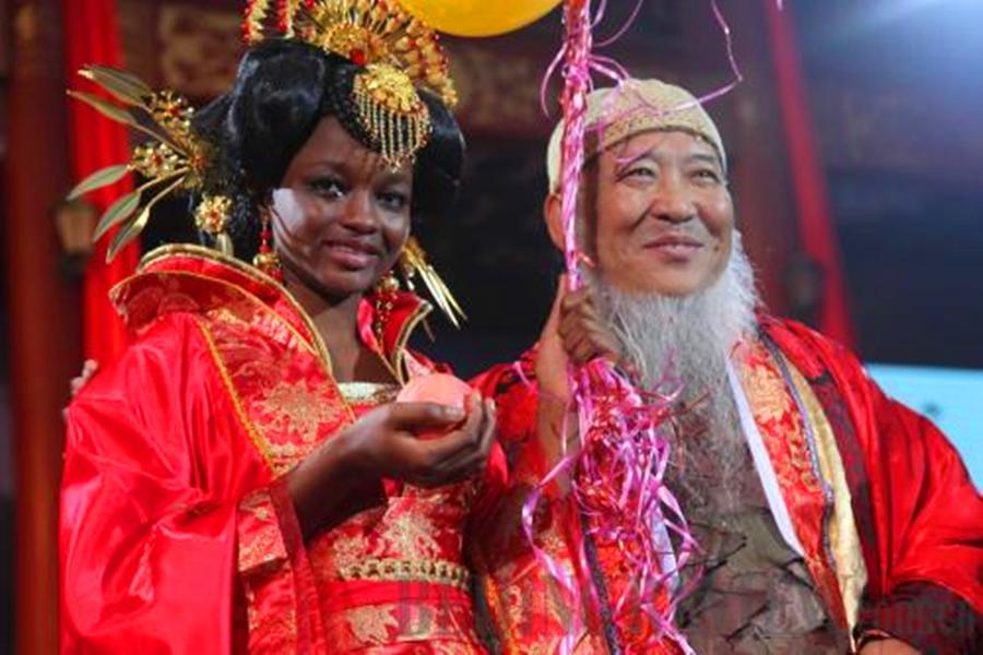 愛上小29歲非洲正妹!53歲國畫大師砸2億閃婚 10年後近況曝光