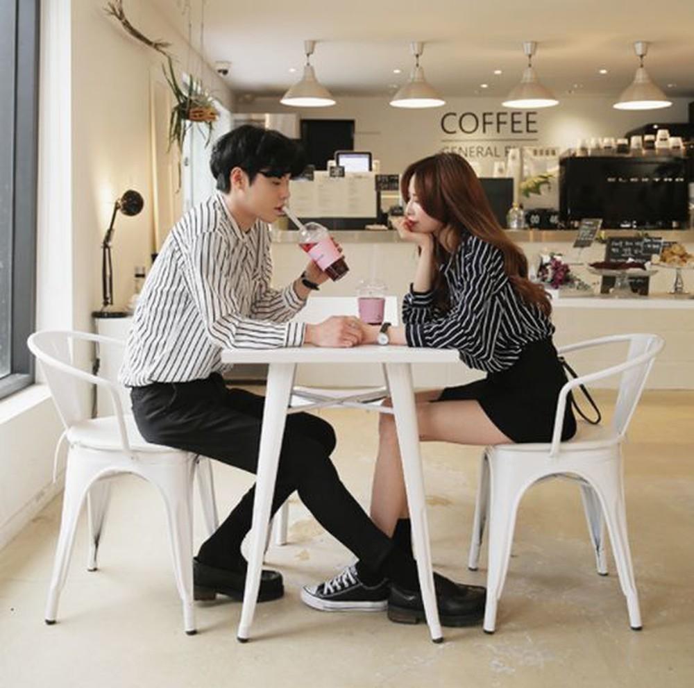 咖啡廳對面情侶傳來「咔咔咔聲」 他低頭看「桌子底下」被噁到崩潰