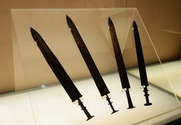 秦始皇掌握「未來黑科技」?青銅劍「壓彎45度」彈回 網嚇呆:見過外星人
