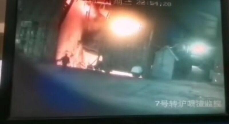 知名企業煉鋼工人「深夜跳高爐」 僅15秒瞬間「融化消失」