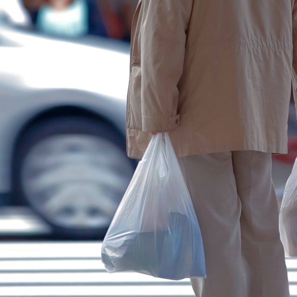 7旬翁向學校「丟塑膠袋」飛毛腿閃人 打開裝「千萬現金」警衛傻了