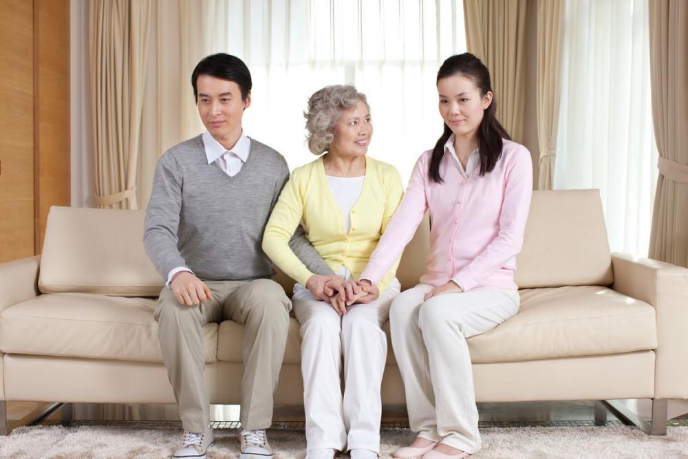 多年婆媳關係很好...婆婆卻突「塞200萬給她」 下跪哭求:拜託離婚