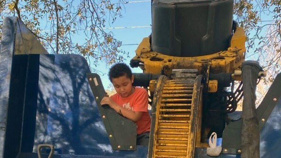 7歲童捉迷藏「躲垃圾桶」 機械手臂抓起「丟垃圾車」...清潔工一看崩潰