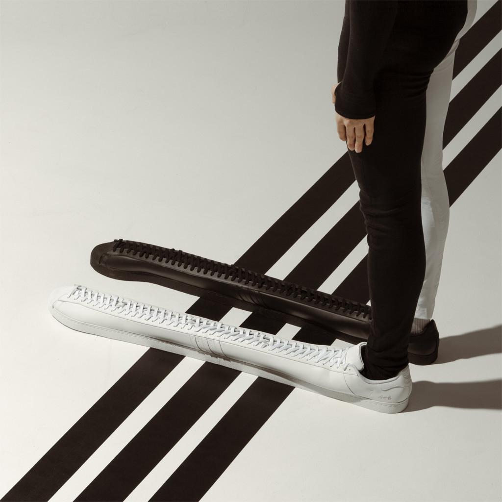 比鄉民更長?愛迪達「世上最長」鞋款 他穿上曬「示範照」網傻眼:怎上樓梯