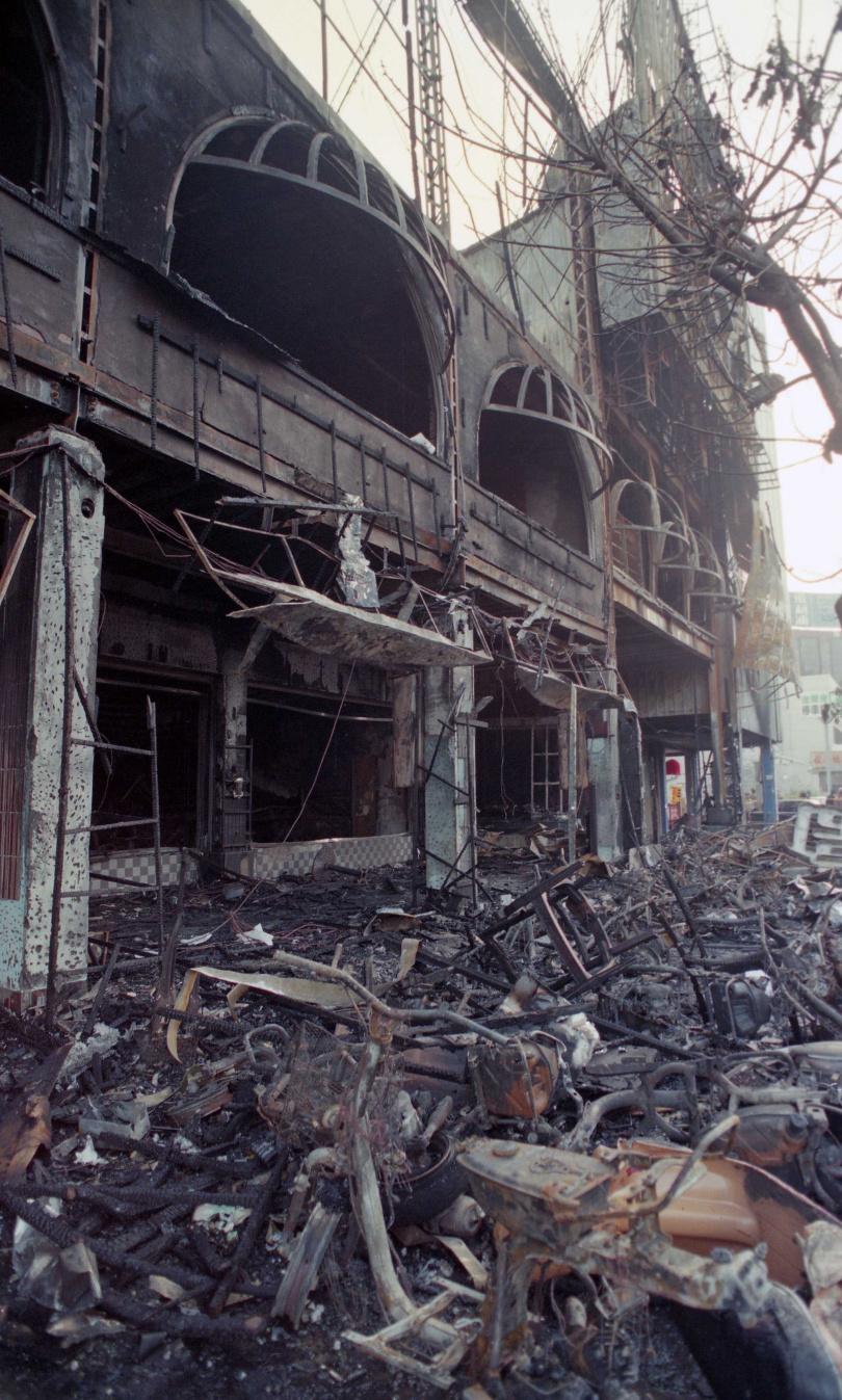 64人困台中餐廳燒斃 火場上空傳「幽靈船」盤旋:載百人才開