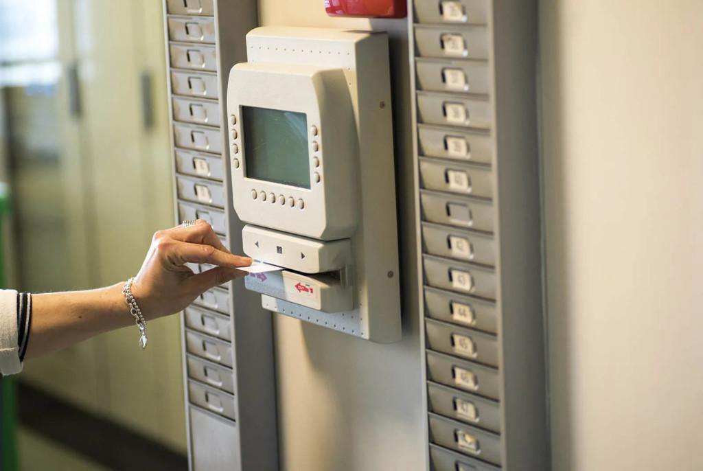 怕趕不上公車「提早2分鐘下班」 她崩潰:遭罰減薪3個月