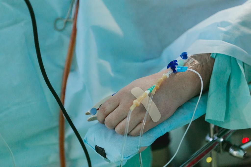 同事拿「壓縮機噴嘴」硬塞 16歲少年「內臟全灌壞」2天痛亡