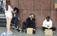 台灣教育出問題?北捷外4學生「乞討擋道」 走近一看紙箱寫「救救曠課兒」