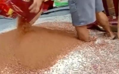 工人「赤腳攪拌八寶粥」 細看「腳底黑黑」嚇壞:近期不想吃了