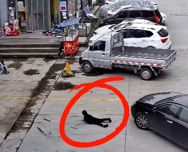 「孫子趴地耍賴」爺爺直接走人 一台車經過「輾過全身」