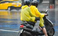 檢舉魔人又出手!「騎樓換雨衣」遭罰500 他不服提告贏了