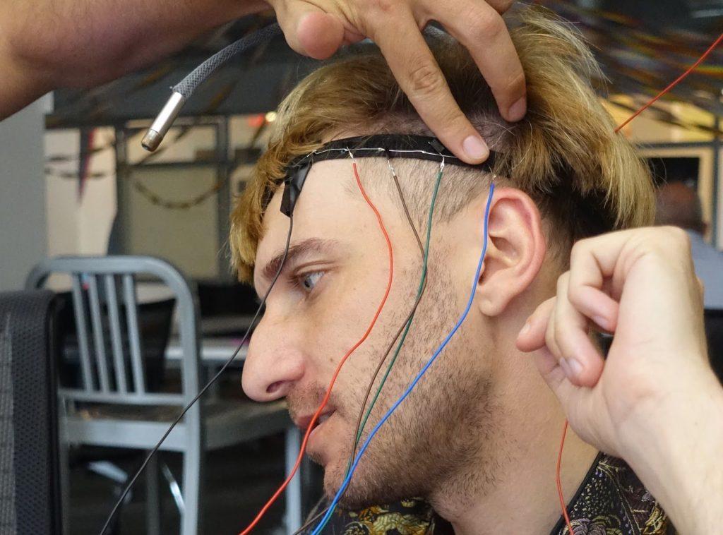 世界第一位「改造人」 頭部「植入天線」從此聽見顏色