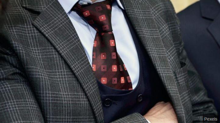 搶銀行「領帶太醜」逃亡成功 目擊者崩潰:完全忘記他長相