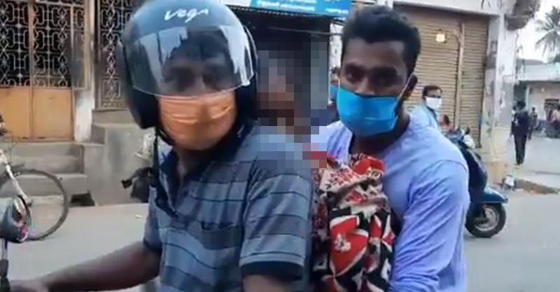印度「墮入新冠地獄」 兒子抱亡母「機車三貼」送火葬場