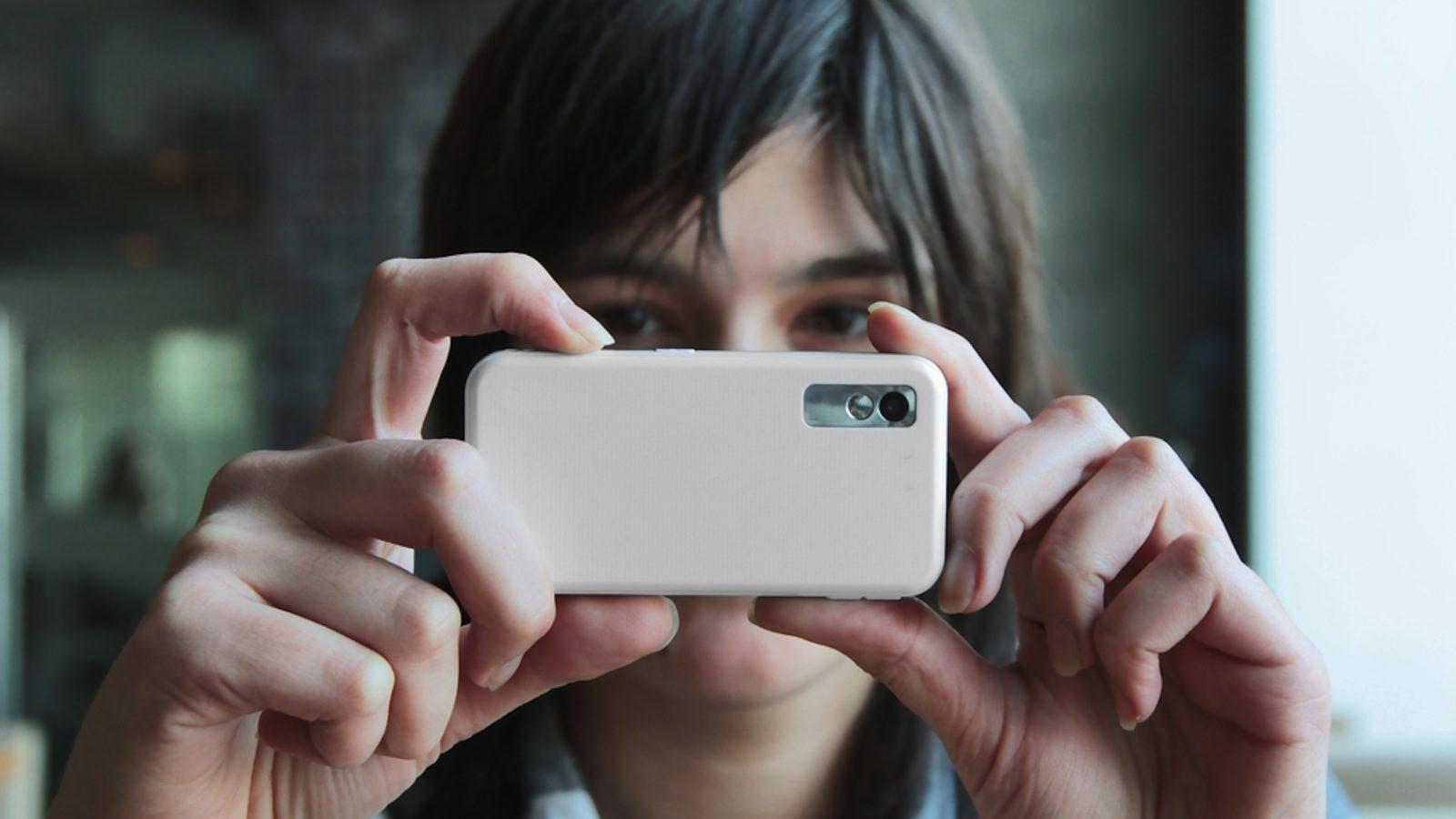 手機拍照「看左手」曝露年紀?18歲左右的人拿法「更穩定好拍」