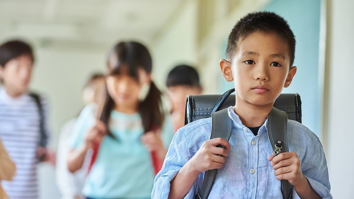 6歲童「孤單一人到校報到」 自己「握資料排隊」老師心疼