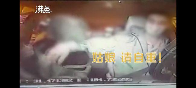 女半夜搭車突然「頭鑽褲下」 「伸腳掛身」司機抓狂了
