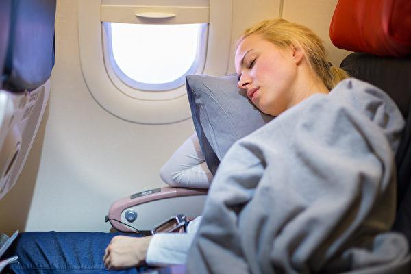 最愛靠窗座位?24年資歷空姐警告:搭機「絕對不要靠窗睡」