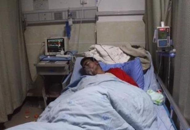 肚痛到滾地!25歲男「泡麵配可樂」一小時後送院 醫生愣:不要命了