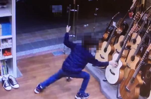 影/新北男童數次「偷碰吉他一下」速逃!樂器行老闆尋人急喊:我教你
