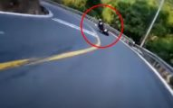 影/山路壓車過彎!重機騎士重摔 腳掌搖晃「剩一層皮連著」