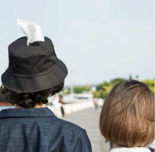 把妹神器?妹子哭了免驚 「神助攻漁夫帽」瞬間變暖男