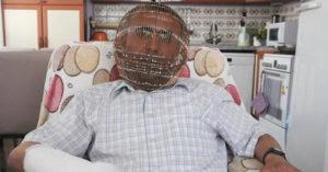 總是忍不住抽菸!男想戒菸自製「鐵面具」請家人幫上鎖