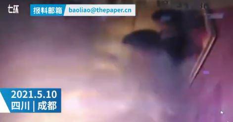 電動車突爆炸!大火瞬間吞噬「電梯變密室」無法逃出