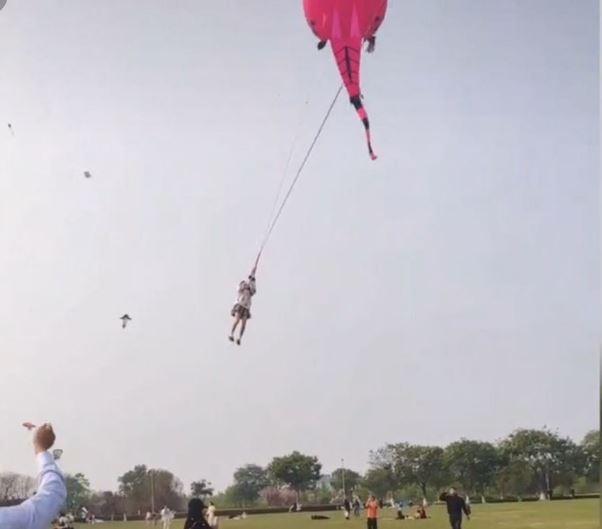 短裙妹遭巨型風箏「帶上天」!主人出面稱「很安全」:好幾個女孩試過
