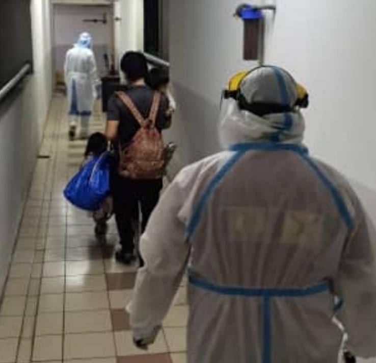 一家全染疫...單親爸攜3孩「牽手走上救護車」 醫護看到超鼻酸