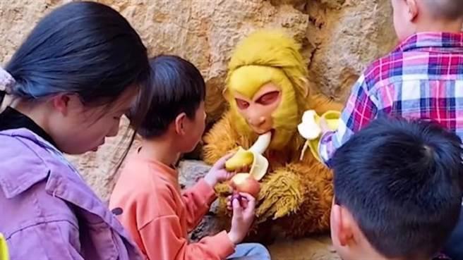 「扮孫悟空」壓五指山!遊客狂「餵食香蕉」他崩潰喊:吃不下了