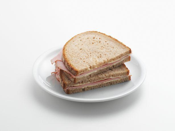 媽媽帶火腿三明治「被素食店趕出」 怒嗆「給小孩吃」反遭網轟:一定要道歉