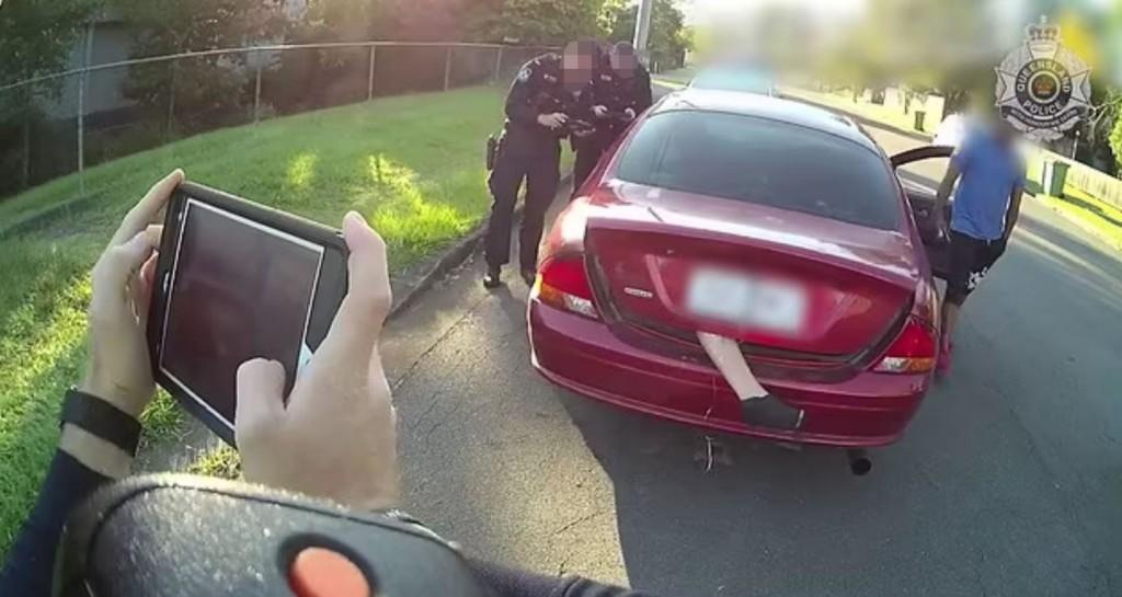後車廂「掉出一條腿」騎士嚇到報警 警方「揪3處違規」司機挨罰2萬