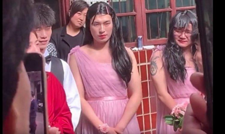 影/婚禮「壯漢伴娘團」成全場焦點!近看他「一臉嬌羞」:新郎怎忍住不笑