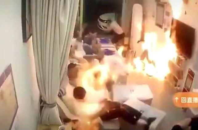 影/足療館店員「一個差錯」爆燃!全店客人「瞬間成火球」崩潰狂跑