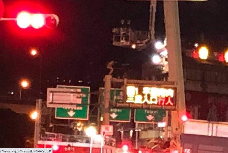 三重熱褲妹爬上8公尺號誌牌 突然「一躍而下」