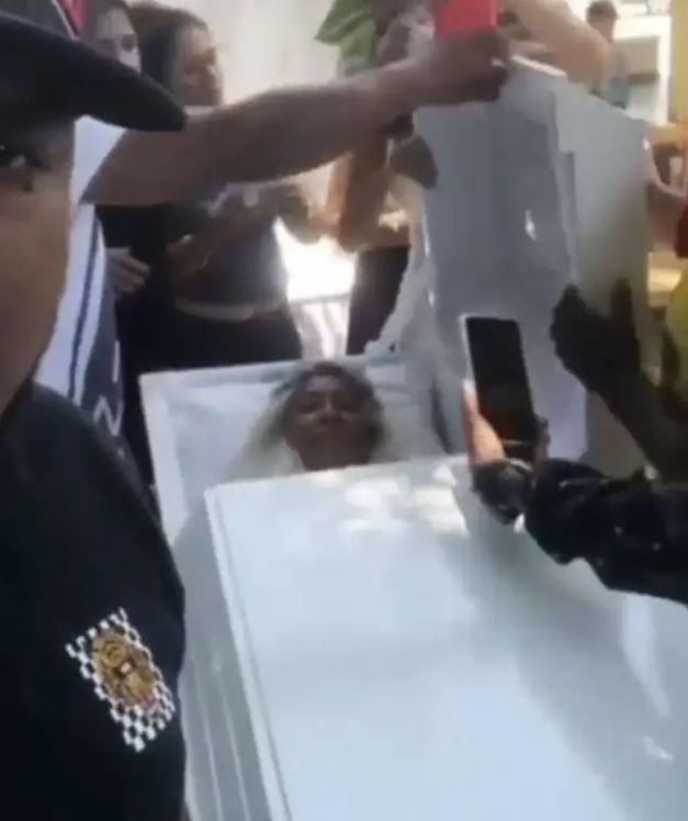 女子花3萬躺棺材「排練喪禮」 請親友到場哭號:美夢成真了