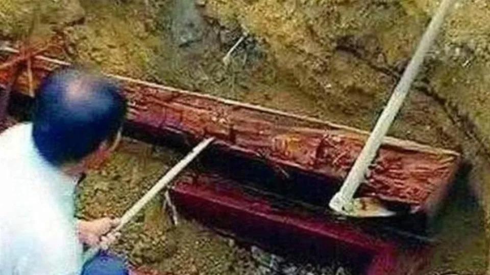 「血紅色巨型棺材」出土!專家一查歷史嘆「委屈妳了」