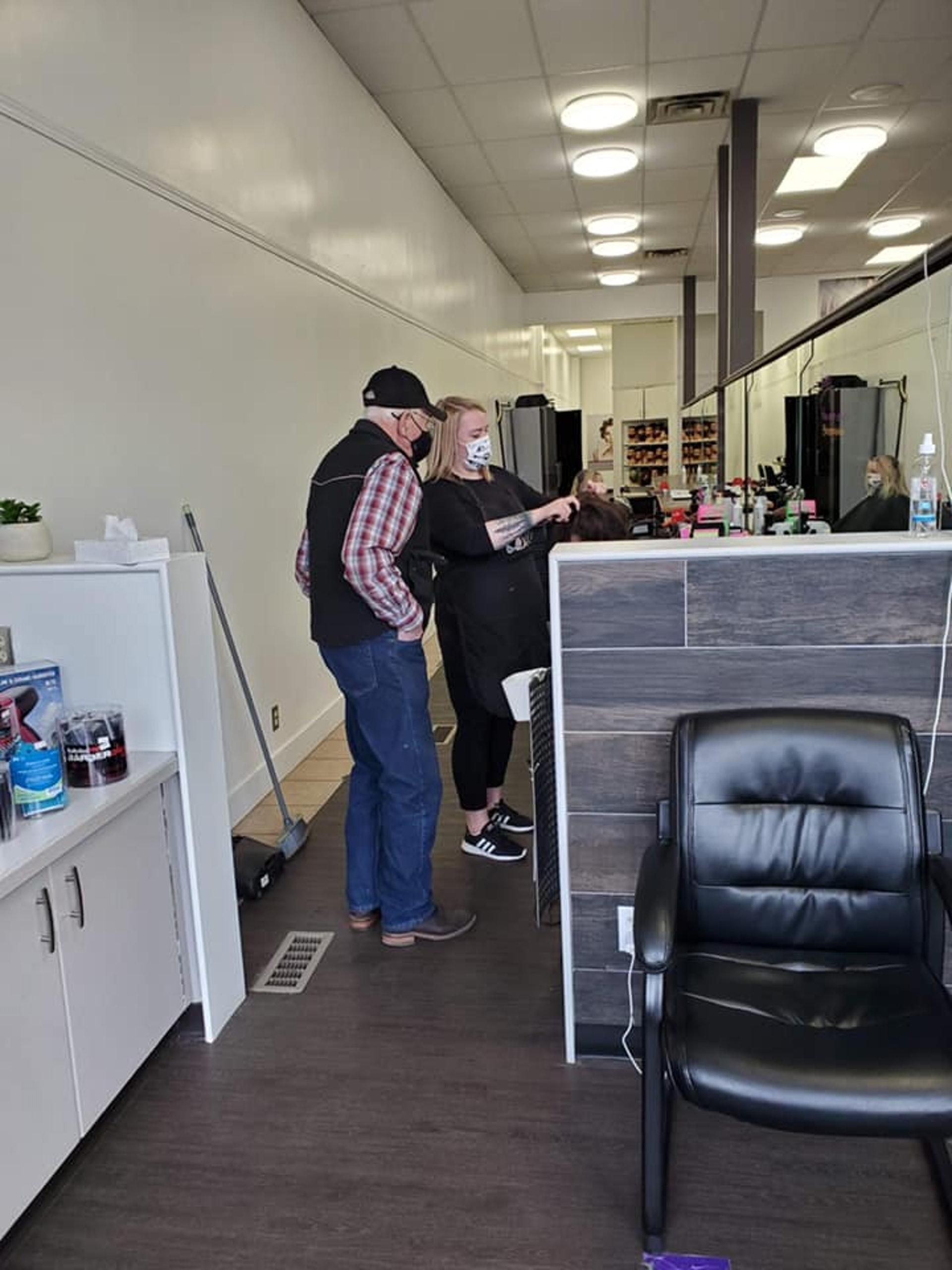 79歲伯去髮廊「學電棒捲髮」 美髮師聽原因被暖哭:他想保護老婆