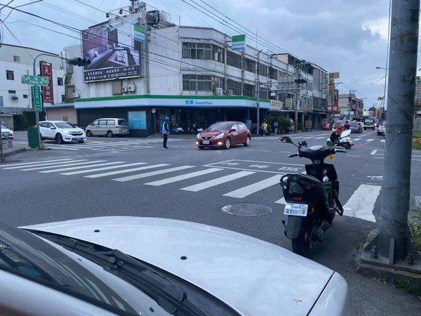 台灣最美風景!大停電「紅綠燈全掛」 高中生「勇敢站出來」幫民眾平安回家
