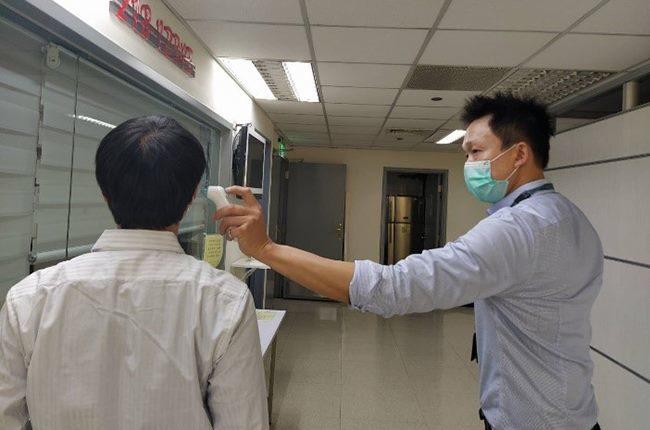「禁止室內5人」卻照常上班 網酸:病毒不會傳染社畜?