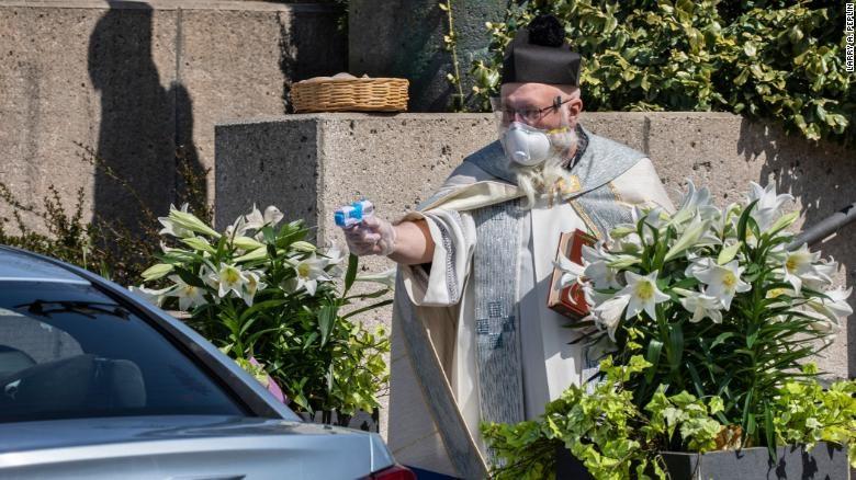 covid19-牧師水槍噴聖水