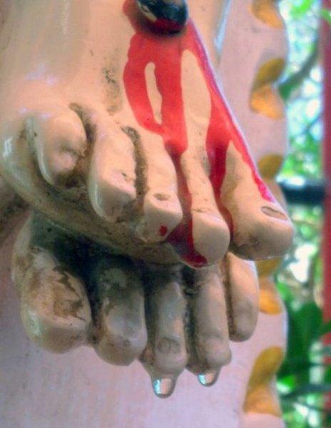 耶穌像「腳趾滴聖水」信徒瘋買狂飲!專家到場揭穿「這不就屎水」被國家通緝