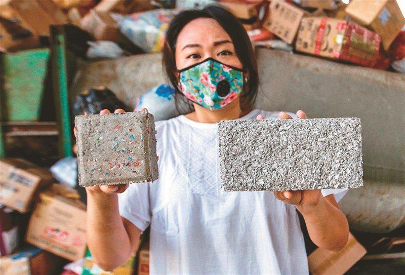 失敗超過100次!2妹子終於成功把「塑膠包裝→磚頭」 每天可回收8萬垃圾